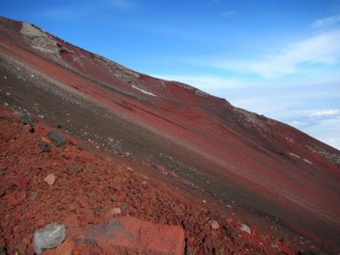 頂上下の赤い斜面