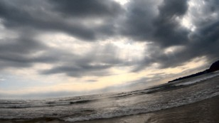 雲の合い間からキザシがかかる御宿海岸