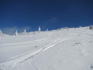 青空が広がる雪斜面