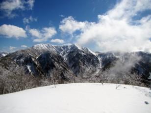 堂々とした稜線を広げる経ヶ岳