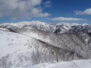 青空と白い山々