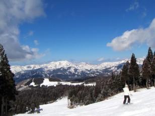 青空広がるスキージャム勝山