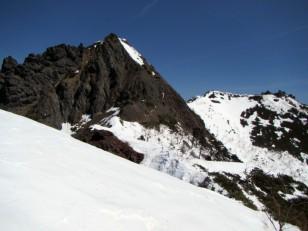 右が権現岳頂上
