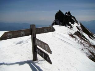 権現岳頂上の稜線