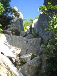 快晴の岩場を登る