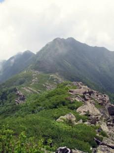 雲が巻だしたアサヨ峰