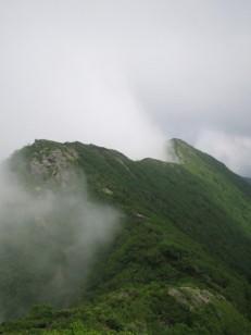 稜線が雲と晴れの境界線