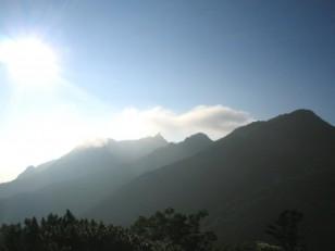 陽が高くなりはじめた山々