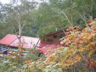 赤い屋根の岳沢ヒュッテ
