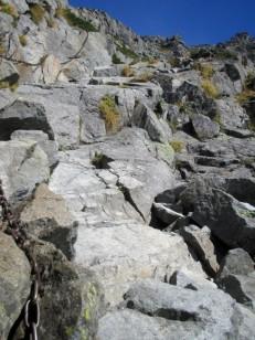 岩だけの登山道が続く
