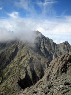 岩山が雲をまとう