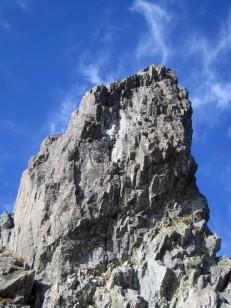 オーバーハングする大岩