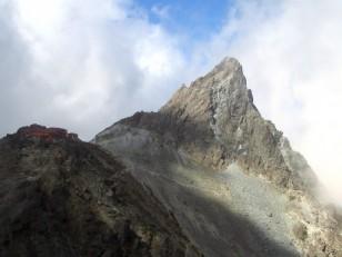 槍ヶ岳と肩の小屋