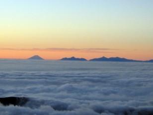 雲海に浮かぶ富士と南アルプス