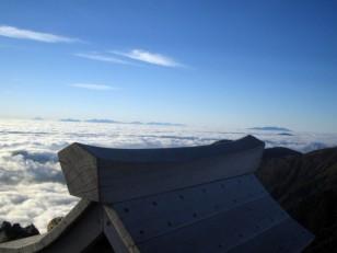 常念山頂祠越しの雲海