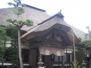 重厚な茅葺屋根