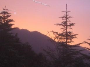 山裏に日が昇る