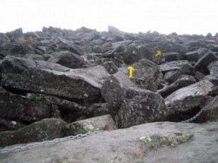 黒い大岩が積