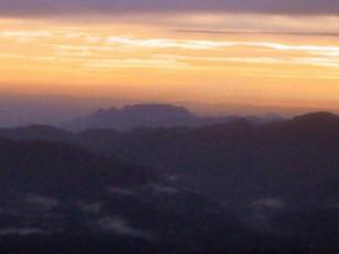 朝日のオレンジ雲の中に