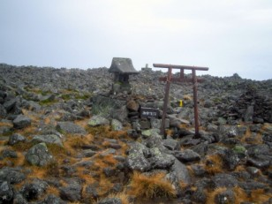 岩原山頂の中央に建つ