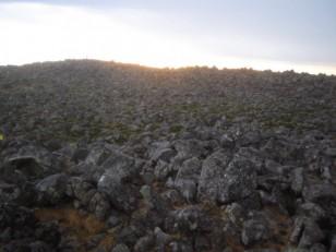 広い岩原の山頂