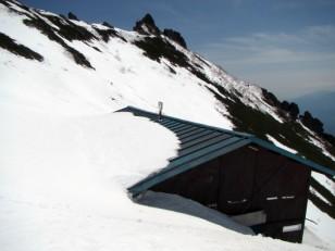 雪に埋まる権現小屋