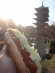 五重塔とまるきパンのホットドッグ