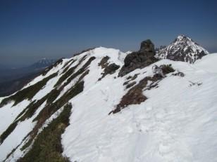 雪と岩の頂上稜線