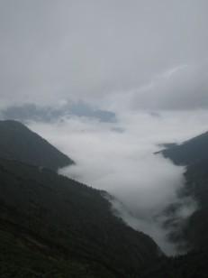 雲に包まれた黒部の谷