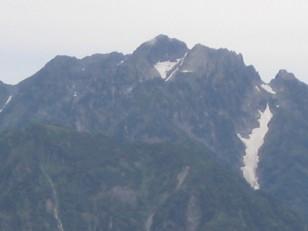 万年雪を抱える剱岳