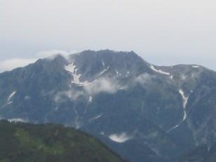 黒部谷をはさんで優雅な立山