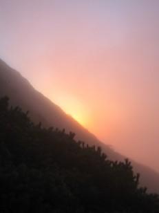 朝の陽が霧にハレーション