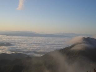 雲海に浮かぶ山々