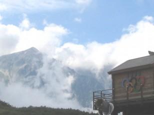 五輪マークと白馬の山