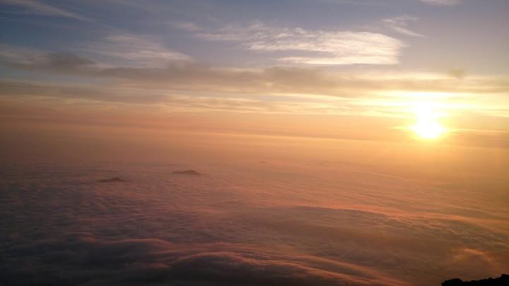 一面の雲海が染まる