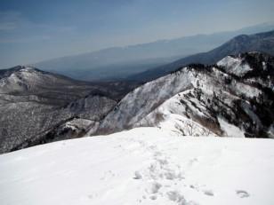 雪斜面に刻む