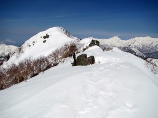 雪の山々を背景に頂上