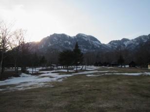 陽が山裏に隠れる前に