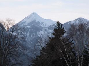 戸隠スキー場からのスマートな高妻山