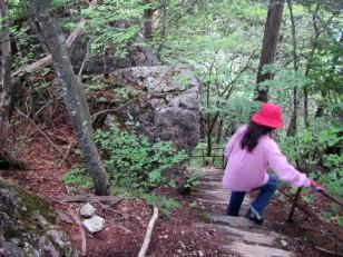急な木階段で