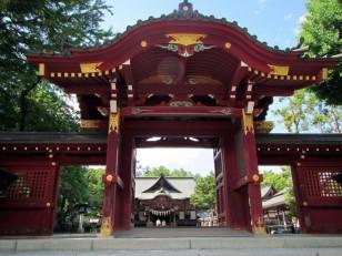 赤銅色の神門と本殿
