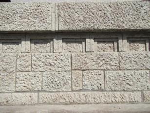 大谷石を積んだ壁