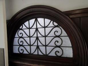 半円の窓に唐草のアイアン