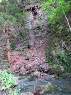 小川を挟んだ崖
