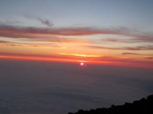 雲海から太陽が顔を出す
