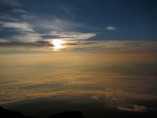 深い青色の空とこんじきの雲海