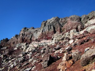 灰色、赤、白、茶色の地層
