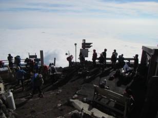 雲の上で人々が集う