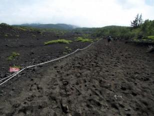 細かい火山灰の下山道