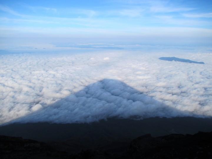 富士の姿が雲海に